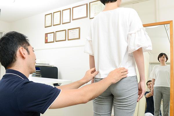 施術の前に、バランス・骨盤の歪み・筋肉の過緊張・関節の動き・姿勢などあなたのお体の「今」を多角的に確認し、痛みや辛さの原因を探していきます。