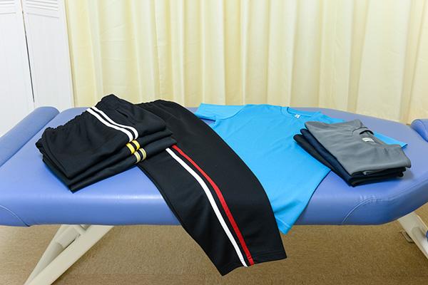 動きやすい格好であればそのまま施術を受けていただけます。お着替えが必要な方は当院でご用意しておりますので、お気軽にご利用ください(無料)。